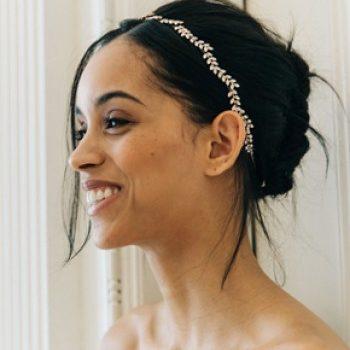Wunderschön ist dieses handgemachte Haarband von Jennifer Behr. Schöne Geschenke Zur Hochzeit oder für's Fest, perfekt für Frauen. jeden Alters