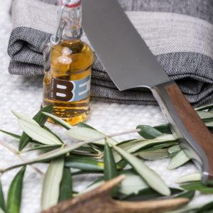 Stilvolle Geschenke für Männer - hier mit Messer von Caminada, Schürze von Leitner und kleinem Schweizer Single Malt