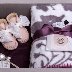 Wunderschöne Geschenkbox für Newborn Mädchen - bestehend aus muschelweicher Fabgoose Babydecke, Donsje Schnühchen mit Masche und Silberlöffel.