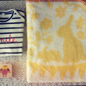 Eine fröhliche und stilvolle Geschenk-Box zur Geburt eines Babies, welche noch lange Freude bereiten wird.