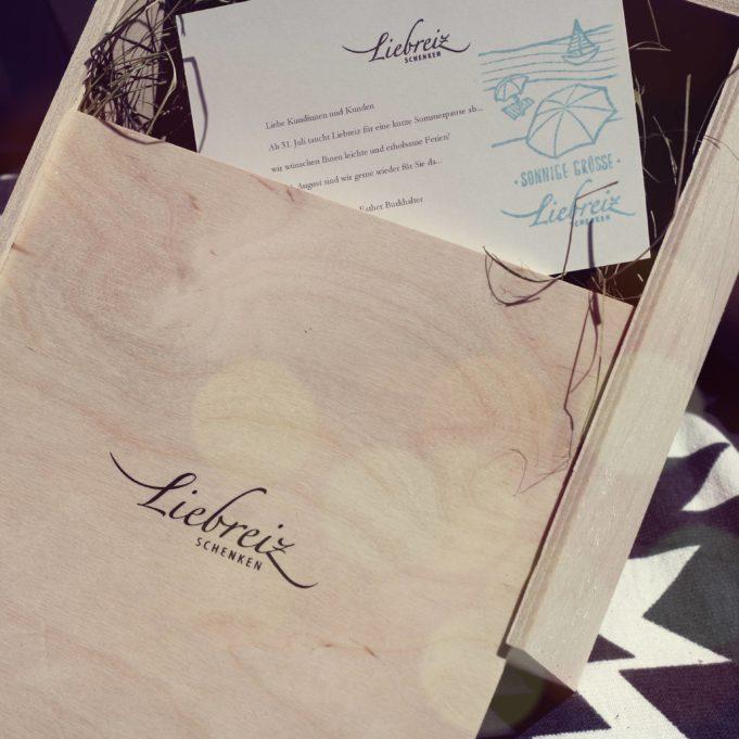 Gerne drucken wir Ihre persönlichen Zeilen auf eine schöne Karte und senden Ihr Geschenk direkt. Stilvoll Schenken leicht gemacht mit den schönen Online-Geschenken von Liebreiz.ch