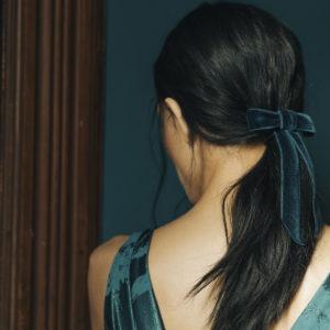 Samt Haarmasche von Jennifer Behr für eine festliche Frisur von Gross und Klein.