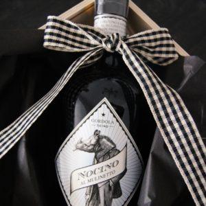 Der rare und feine Nocino aus dem Tessin wird von Al Mulinetto gefertigt. Wir verpacken die seltenen Flaschen zu wunderschönen Präsenten für Sie.