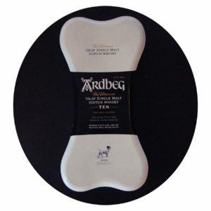 Nicht nur für Hundeliebhaber auch für Whisky-Kenner: Der Ardbeg Single Malt kommt in einer Geschenkbox in Knochenform!