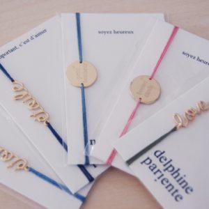 Delphine Pariente's feien Armbänder sind wunderschön und bestechen mit den schönen Plaquetten oder den Schriftzügen mit Message: Davon können Frauen nie genug bekommen!