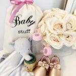 Der süsse Beutel mit Aufdruck Baby Stuff und rosa Masche ist als Geschenkverpackung für Baby-Geschenke einfach wunderbar und wiederverwendbar. Personalisierbar!