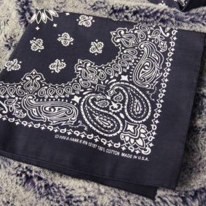 Gleich als Geschenkverpackung nutzen lässt sich dieses schwarz-weisse Bandana, welches personalisiert werden kann.