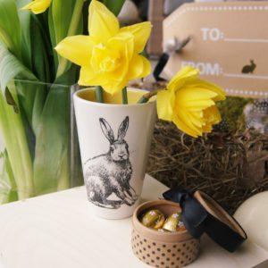 Vielen Dank für die Einladung: Mit diesem schönen und einzigartigen Einzelstück aus Keramik begleitet von der süssen Box mit kleinen, goldenen Ostereiern in der Holzbox - schenken Sie mit Freude und Stil.