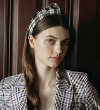Mit Haarreifen und Accessoires zaubert Jennifer Behr aus New York modische Haaraccessoires, die Frauen lieben.