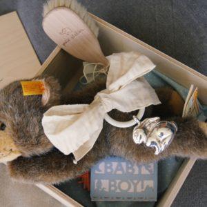 Wunderschön ist das Baby Geschenk Boy mit Silberrassel und Steiff-Bär.
