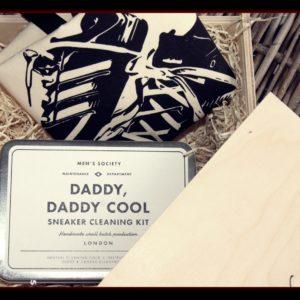Ein tolles Geschenk für coole Dadas! Dazu braucht es eine Holzbox, ein Sneaker-Cleaning-Set und ein Sneaker-Bag von Bag-All - voilà! Zum Vatertag