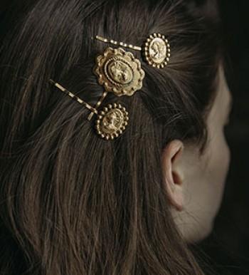Wunderschöne Frisuren lassen sich zaubern mit den schönen Haaraccessoires von Jennifer Behr NY.