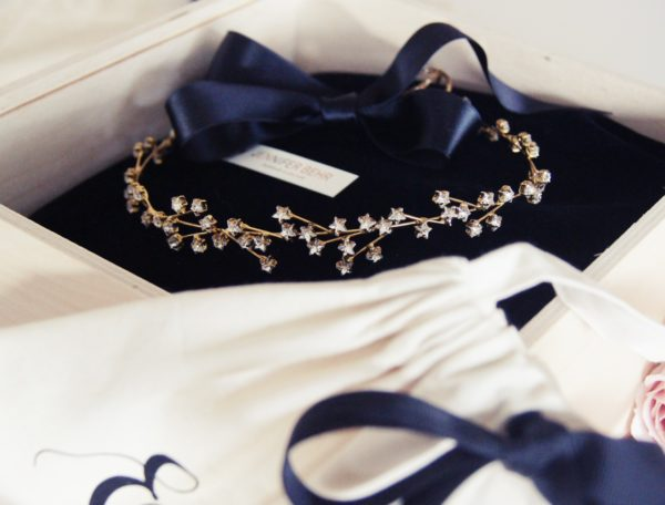 Von Hand gearbeitet sind die wunderschönen Haarbänder von Jennifer Behr N.Y. Wir geben dem besonderen Geschenk die passende Aufmachung: So wird Ihr Geschenk Zur Hochzeit für die Braut einfach traumhaft schön.