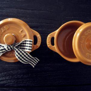 Ein Duo von zwei Mini Cocotte Staub aus Keramik ist ein wundervolles Geschenk zur Einladung.