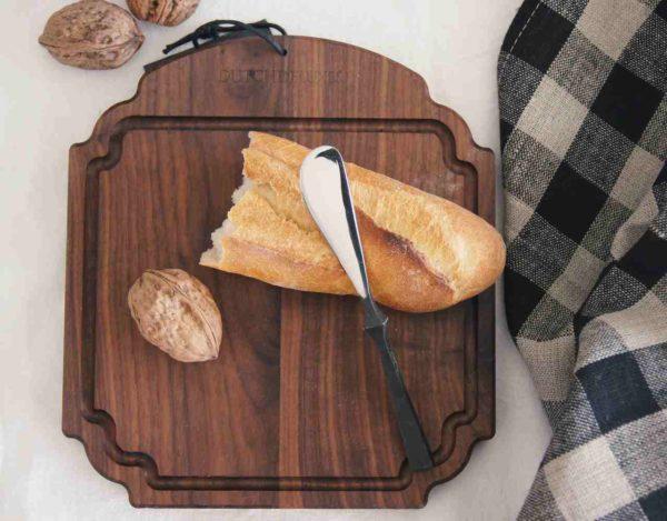 Eine Holzbox als Geschenk mit dem wunderschönen Holzbrett von Dutch Deluxes, ergänzt mit einem edlen Leinentuch und dem stylischen Buttermesser.