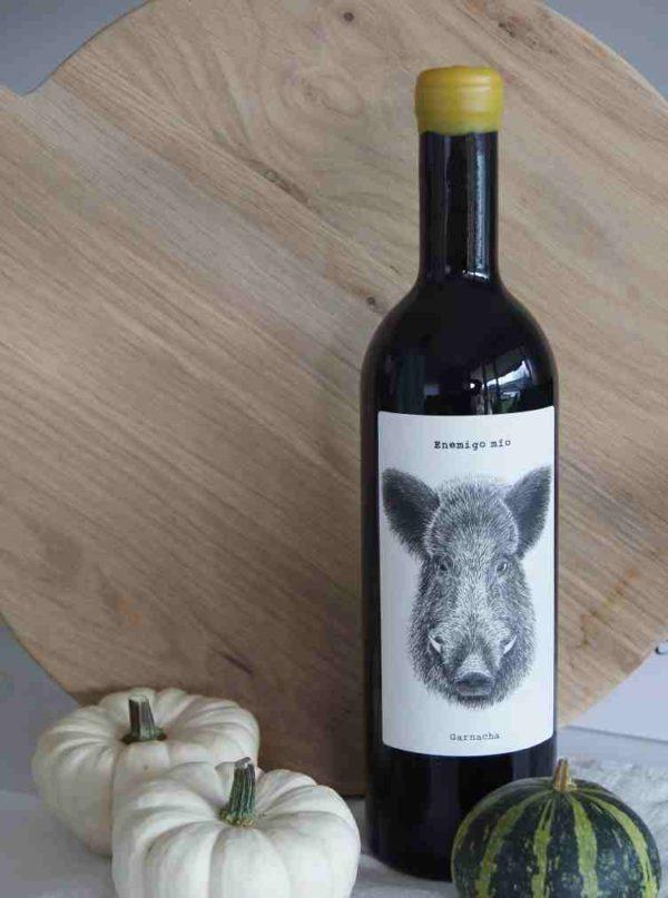 Der spanische Rotwein Enemigo mio besticht mit seiner tollen Aufmachung, dem Wildschwein-Etikett und dem schönen Verschluss des Korkens. Als Geschenk mit Trüffel-Salz, das richtige Präsent für Gourmets im Herbst!