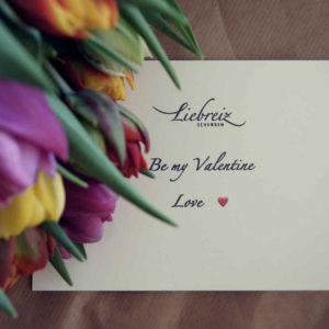 Auf die schönen Details kommt es uns an. So macht Schenken Freude, mit persönlicher Grusskarte, ob zu Valentinstag oder als Überraschung zum Geburtstag.