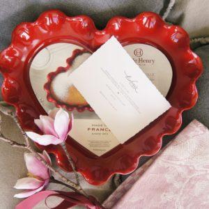 Die wunderschöne Herz Backform wird bei uns mit dem Leinen Geschirrtuch in einer edlen Geschenkbox geliefert. Ihr Wunschtext drucken wir gerne auf eine schöne Geschenkkarte und schicken Ihr Geschenk auch gerne direkt zum Beschenkten.