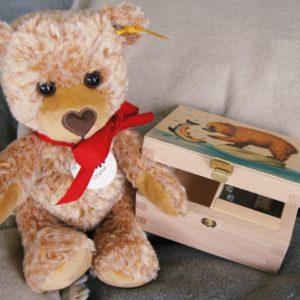 Der kuschelweiche kleine Herzbär von Steiff kombiniert mit der Musikdose von Atelier Fischer ergibt zusammen ein wundervolles Geschenk für werdende Eltern (Newborn-Box).