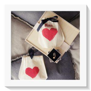 """Bei uns finden Sie über 50 Geschenke welche personalisiert werden können. Hier der süsse Herz-Bag mit Mama personalisiert, als Geschenk mit Goldkettchen """"bonheur"""" als Beispiel."""