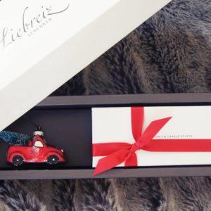 Unser Geschenk zu Weihnachten mit dem schönen Baumanhänger Auto und dem Kerzen-Trio von Brooklyn-Candle erfreut jede stylische Frau
