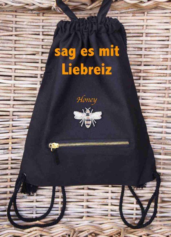 Dieser coole Baumwoll-Rucksack mit Bienen-Applikation kann personalisiert werden.