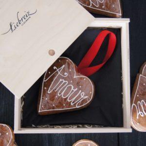 Die Lebkuchen versehen mit Band in Holzbox werden zum süssen, liebevollen Geschenk für die Liebsten.