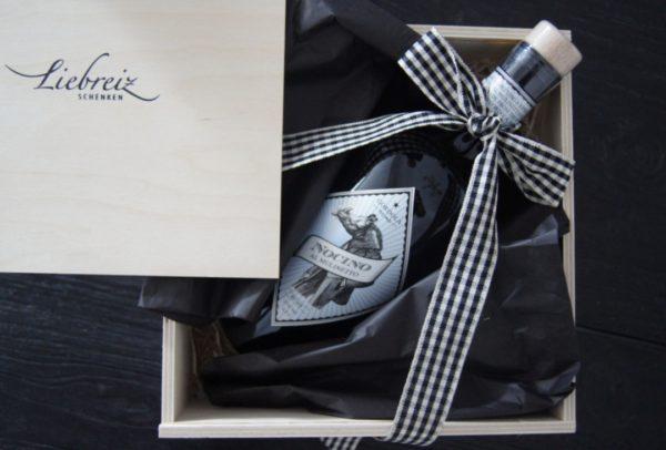 Nocino von Al Mulinetto mit schöner Masche in Holzbox als Geschenk bei Liebreiz.ch