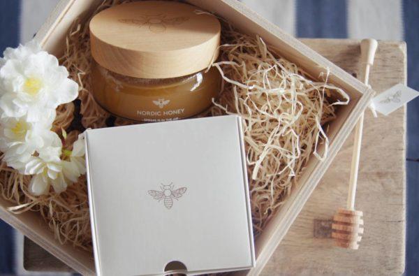 1 Glas Organic Gourmet Honig SPRING IS IN THE AIR von Nordic Honey, 250g, präsentiert in einer Nordic Honey Verpackung, Herkunft: Estland 1 Honig-Schöpflöffel aus Holz von Nordic Honey - alles wunderschön verpackt als Geschenk für Gourmets.