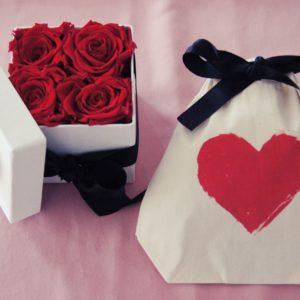 Geschenke für die Liebsten besteht aus Rosenbox und dem Bag mit rotem Herz. Geschenke die personalisiert werden können mit Bestickung des Bag's und eigenem Grussdruck durch uns gedruckt können in unserem Online-Shop direkt auch an den Beschenkten geschickt werden.