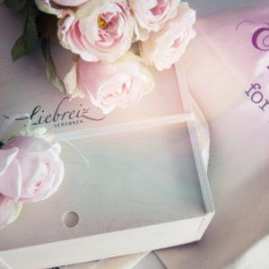 Wunderschön können unsere Geschenk-Holzboxen gestaltet werden, zum Beispiel zum Hochzeitsfest mit den schönen Kunst-Blüten. Wir bieten über 50 personalisiertere Geschenke an - online aber stilvoll.