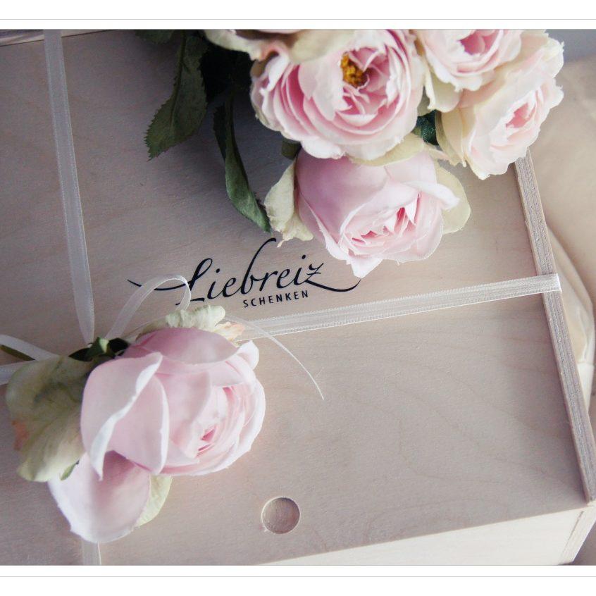 Wunderschön können unsere Geschenk-Holzboxen gestaltet werden, zum Beispiel zum Hochzeitsfest mit den schönen Kunst-Blüten