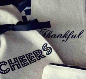 Die coolen Wein-Geschenk-Bags sind auch personalisierbar.