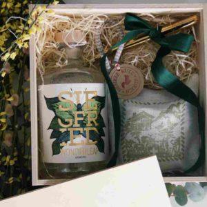 Geschenkbox Gin Siegfried ohne Alkohol mit reusable straws und Kräuterkissen aus der Schweiz - geniessen ohne schlechtes Gewissen