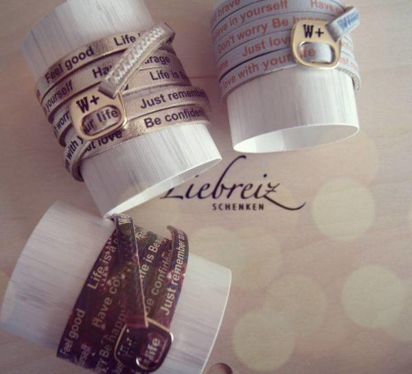 Mit positiven Affirmationen aufgedruckt kommen die lassen Leder-Wickelarmbänder von W+ daher. Ein Geschenk als kleiner Aufsteller im Alltag.