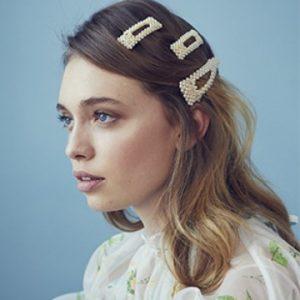 Trendy und gleichzeitig zeitlos sind die handgefertigten Haaraccessoires von Jennifer Behr NY.