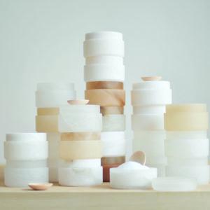 Die Salzdose von Atelier Volvox ist aus Alabaster gefertigt und wird bei uns mit dem beliebten Ibiza-Salz im Geschenkbeutel als Geschenk in der Holzbox offeriert. Ein Willkommens-Geschenk für's neue Heim z.B.