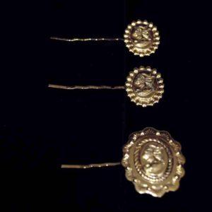Für den opulenten Look im Winter gleichermassen wie für den trendigen Mähnen-Look im Sommer, können diese drei schönen, goldenen Haarspangen den Look verschönern.