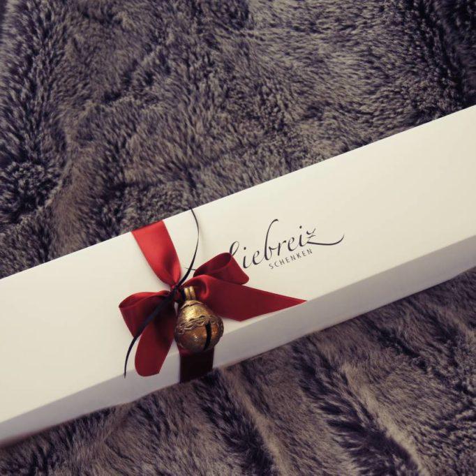 Wunderschöne Kartonage, Holzboxen oder Stoffbeutel umhüllen unsere stilvollen Geschenke auf's Schönste.