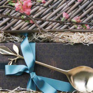 Goldener Servierlöffel und Muraglia Olivenöl Geschenk
