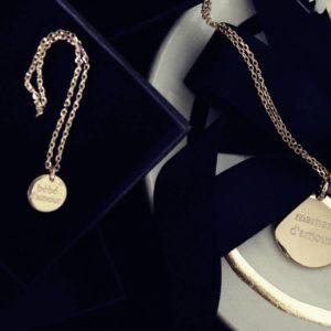 """Die schlichten Medaillons """"maman d'amour"""" und """"bébé d'amour"""" symbolisieren die tiefe Verbundenheit zwischen Mutter Kind, dazu eine kleine Tonschale mit Goldrand. Geschenk zur Geburt, Muttertag"""