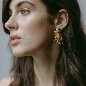 Diese stilvollen Ohrringe von Jennifer Behr aus N.Y. werden die neuen Lieblinge der Beschenkten. Goldene Blütenkreolen mit Swarovski Kristallen von Jennifer Behr. Der Schmuck und die Accessoires von Jennifer Behr aus N.Y. sind handgemacht und als Geschenk für Frauen einfach wunderschön