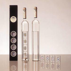 Zur schönen Flasche Studer Kirsch mit integrierten Gläschen gehören die neuen Jasskarten von Benedikt Notter dazu. Ein Geschenk für Geniesser und wahre Jass-Asse.