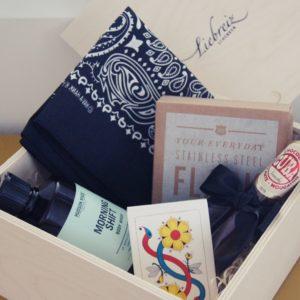 Die Geschenkbox was Mann braucht, ist mit allerlei nützlichen und tollen Produkten gefüllt, welche den Mann erfreut.