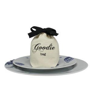 Ein Goodie-Bag kann zu einem Fest auf dem Teller platziert werden, einen kleine Süssigkeit darin verstecken und fertig ist die stilvolle Tischdekoration
