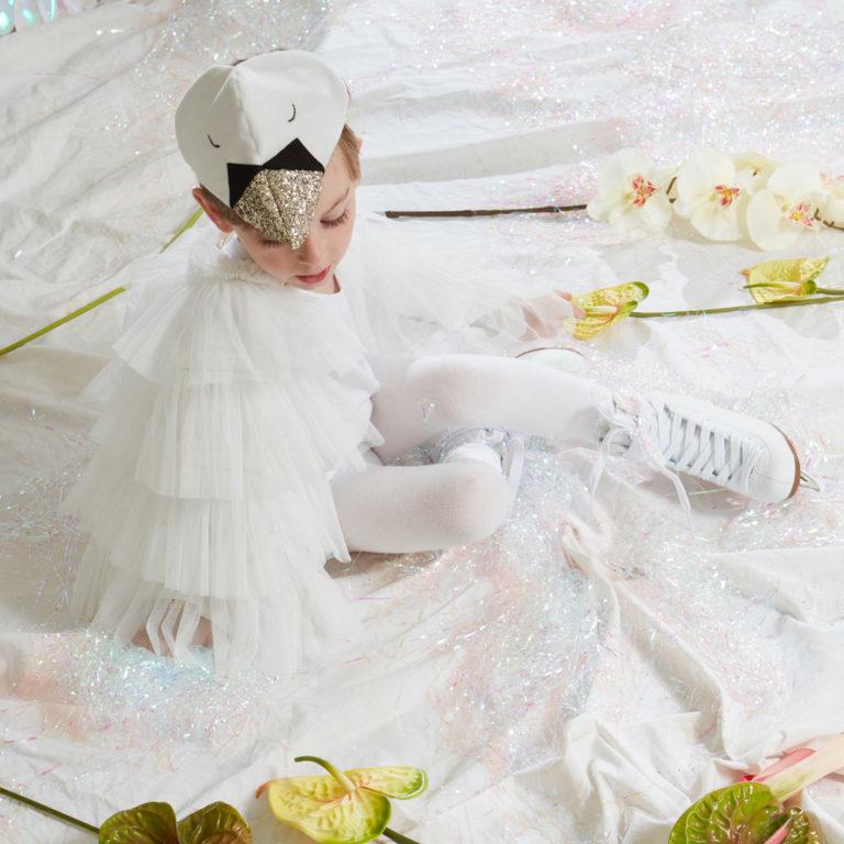 Das wunderschöne Schwanenkostüm von Meri Meri verwandelt jedes Kind in eine Prinzessin. Verschiedenes zum Verkleiden finden Sie bei uns.