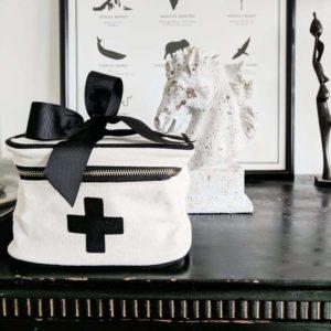 Ein tolles Geschenk für Menschen, welche viel auf Reisen sind, eine beschriftbare Medikamenten Box von Bag-All.