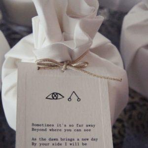 Eine Kerze mit dem passenden Anhänger von Moments of Light ist zu für einen Liebenden
